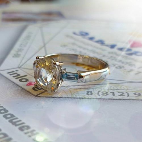 Помолвочное кольцо из белого золота с топазами