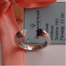 Разомкнутое золотое кольцо с черными и белыми бриллиантами в виде сердца