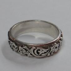 Кольцо из белого золота с узором..