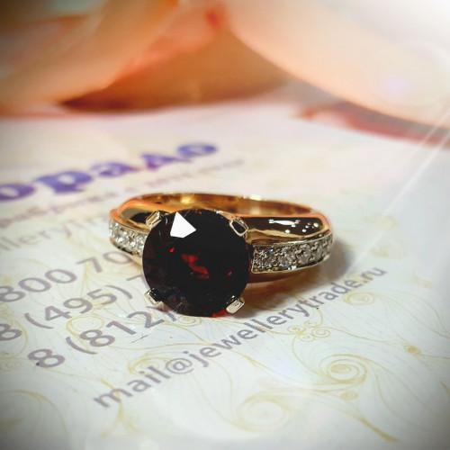 Кольцо для помолвки из комбинированного золота с бриллиантами и гранатом
