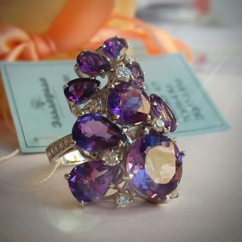 Эксклюзивное кольцо из белого золота с бриллиантами и аметистами