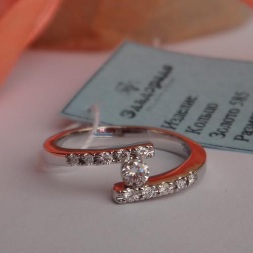 Кольцо для помолвки из белого золота с большим и мелкими бриллиантами