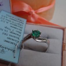 Кольцо из белого золота с изумрудом и бриллиантами