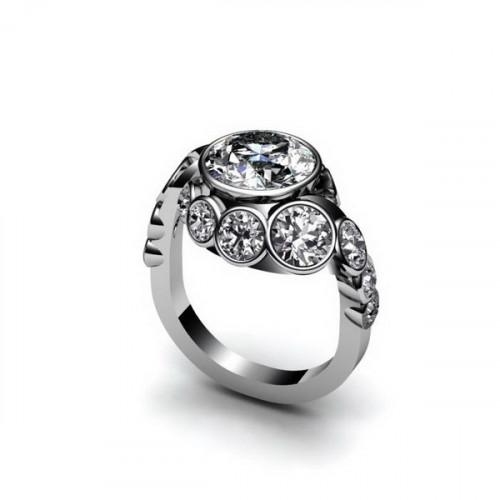 Кольцо из белого золота с  крупными бриллиантами разных размеров