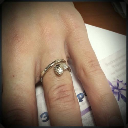 Кольцо Пяточка из белого с бриллиантом