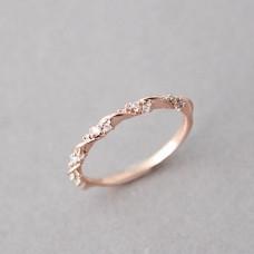Миниатюрное кольцо из красного золота с бриллиантами..