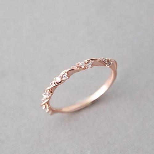 Миниатюрное кольцо из красного золота с бриллиантами