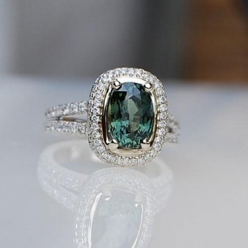 Помолвочное кольцо из белого золота с изумрудом и бриллиантами