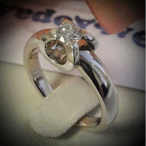 Помолвочное кольцо из белого золота с крупным бриллиантом