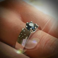 Помолвочное кольцо из белого золота с сапфиром