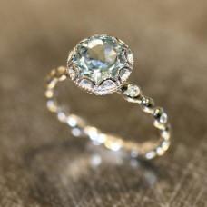 Помолвочное кольцо из белого золота с топазом и бриллиантами..