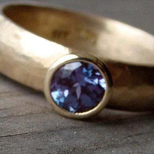 Помолвочное кольцо из красного золота с сапфиром